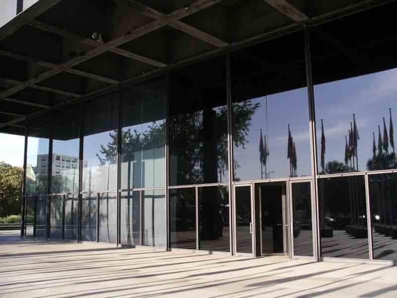 Beispiel Sonnenschutzfolien an Schulgebäude