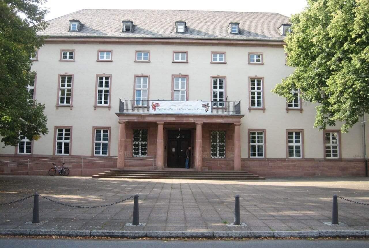 Montage von Sicherheitsfolien für das Staatsarchiv Marburg